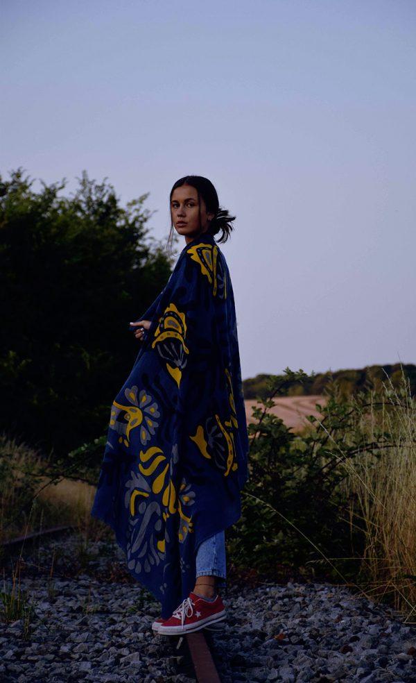 echarpe-laine-xl-totem-bleu-jaune-1